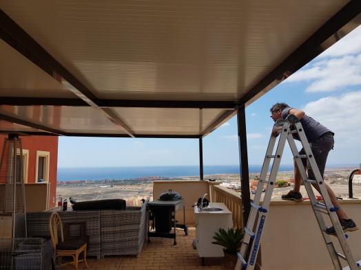 pergola con techo de paneles en fuerteventura